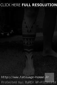 tatouage homme polynésien jambe